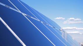 Οι ηλιακές συσκευές στο υπόβαθρο ουρανού, κλείνουν επάνω Εργασία ηλιακών πλαισίων για τη στέγη μια ηλιόλουστη ημέρα απόθεμα βίντεο