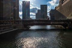 Οι ηλιαχτίδες επεκτείνονται πέρα από ένα ανυψωμένο τραίνο διασχίζοντας το Σικάγο Rive στοκ φωτογραφία με δικαίωμα ελεύθερης χρήσης