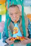 Οι ηλικιωμένοι επανδρώνουν τη γιορτή γενεθλίων στοκ εικόνα με δικαίωμα ελεύθερης χρήσης