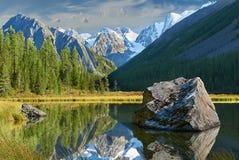 οι ημέρες altai διαρκούν το καλοκαίρι βουνών Στοκ Εικόνα