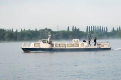 Οι δημοσιογράφοι πλέουν με ένα σκάφος αναψυχής στη δεξαμενή του πυρηνικού σταθμού Kursk Στοκ Εικόνα
