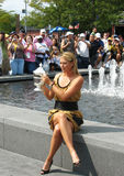 Οι ΗΠΑ ανοίγουν τον πρωτοπόρο Μαρία Σαράποβα του 2006 κρατούν το αμερικανικό ανοικτό τρόπαιο στο μέτωπο του πλήθους αφότου κερδίζε Στοκ Εικόνες
