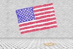 Οι ΗΠΑ σημαιοστολίζουν επισυμένος την προσοχή σε έναν γκρίζο τουβλότοιχο με τις κιμωλίες Στοκ Φωτογραφία