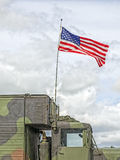Οι ΗΠΑ σημαιοστολίζουν τα κύματα σε ένα στρατιωτικό όχημα Στοκ Φωτογραφίες