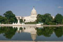 Οι ΗΠΑ Capitol, που απεικονίζουν τη λίμνη στο μέτωπο Στοκ Φωτογραφία