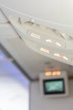 Οι ηλεκτρονικές συσκευές μακριά και στερεώνουν το σημάδι ζωνών ασφαλείας μέσα στο αεροπλάνο Στοκ Φωτογραφίες