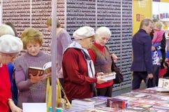 Οι ηλικιωμένες γυναίκες επιλέγουν τα βιβλία Στοκ Εικόνα