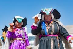 Οι ηλικιωμένες γυναίκες που θέτουν σε παραδοσιακό Tibetian ντύνουν σε Ladakh, βόρεια Ινδία