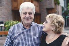 Οι ηλικιωμένοι συνδέουν υπαίθρια Στοκ φωτογραφία με δικαίωμα ελεύθερης χρήσης
