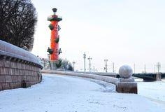 οι θέες Αγίου ποταμών της Πετρούπολης νύχτας neva νησιών φτύνουν vasilyevsky Στοκ φωτογραφίες με δικαίωμα ελεύθερης χρήσης