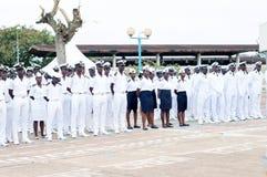 Οι θαλάσσιοι στρατιώτες έντυσαν στην άσπρη και μπλε στάση στη διαταγή στοκ φωτογραφία