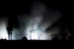 οι θαυμαστές πλήθους συναυλίας ζουν Σκιαγραφία των καλλιτεχνών στο στάδιο Στοκ Εικόνες