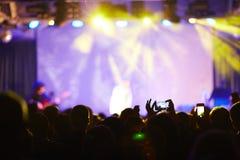 οι θαυμαστές πλήθους συναυλίας ζουν Στοκ Φωτογραφίες