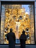Οι θεατές βλέπουν την επίδειξη παραθύρων διακοπών σε Bergdorf Goodman σε NYC Στοκ εικόνα με δικαίωμα ελεύθερης χρήσης