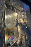 Οι θεατές βλέπουν την επίδειξη παραθύρων διακοπών σε Bergdorf Goodman σε NYC Στοκ Εικόνες