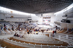Οι θεατές κάθονται στα καθίσματα Στοκ Φωτογραφία