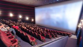 Οι θεατές προσέχουν τη κινηματογραφική ταινία στον κινηματογράφο timelapse