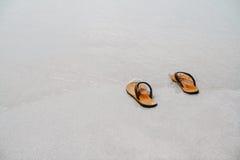 Οι θερινές ενάρξεις βγάλτε το σανδάλι σας κατόπιν πηγαίνουν στη θάλασσα, Στοκ φωτογραφία με δικαίωμα ελεύθερης χρήσης
