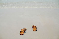 Οι θερινές ενάρξεις βγάλτε το σανδάλι σας κατόπιν πηγαίνουν στη θάλασσα, Στοκ Εικόνες