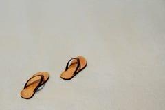 Οι θερινές ενάρξεις βγάλτε το σανδάλι σας κατόπιν πηγαίνουν στη θάλασσα, Στοκ εικόνες με δικαίωμα ελεύθερης χρήσης