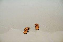 Οι θερινές ενάρξεις βγάλτε το σανδάλι σας κατόπιν πηγαίνουν στη θάλασσα, Στοκ εικόνα με δικαίωμα ελεύθερης χρήσης