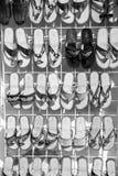 Οι θηλυκές παντόφλες δέρματος, πτώσεις κτυπήματος στο κατάστημα στέκονται, Cozumel, Mexi Στοκ Εικόνες