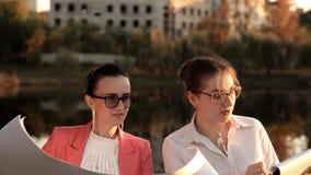 Οι θηλυκοί αρχιτέκτονες συζητούν την κατασκευή ενός πάρκου αναψυχής και έναν καφέ από τη λίμνη Beznes, ψυχαγωγία απόθεμα βίντεο