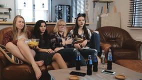 Οι θηλυκοί φίλοι προσέχουν το λυπημένο κινηματογράφο στη TV στο σπίτι Νέα όμορφα ευρωπαϊκά κορίτσια που προσέχουν τη ρομαντική κω απόθεμα βίντεο