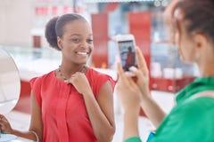 Οι θηλυκοί φίλοι στο κόσμημα αποθηκεύουν Στοκ φωτογραφία με δικαίωμα ελεύθερης χρήσης