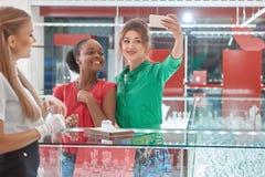 Οι θηλυκοί φίλοι στο κόσμημα αποθηκεύουν Στοκ φωτογραφίες με δικαίωμα ελεύθερης χρήσης