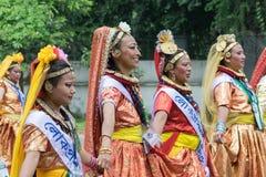 Οι θηλυκοί λαϊκοί χορευτές σε ζωηρόχρωμο αποτελούν Στοκ Φωτογραφία
