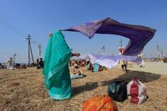 Οι θιασώτες ξεραίνουν τα ενδύματά τους μετά από το ιερό λουτρό σε Kumbh Mela στοκ φωτογραφία με δικαίωμα ελεύθερης χρήσης