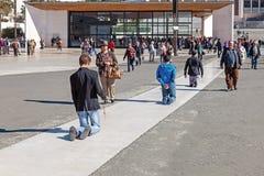 Οι θιασώτες περπατούν τη μετανοητική πορεία στα γόνατα για τους όρκους που γίνονται στην κυρία μας μετά από την εκπλήρωση των αιτ Στοκ εικόνες με δικαίωμα ελεύθερης χρήσης