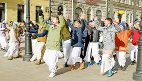 Οι θιασώτες του Λόρδου Krishna χορεύουν και τραγουδούν στοκ φωτογραφίες με δικαίωμα ελεύθερης χρήσης