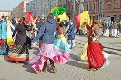 Οι θιασώτες του Λόρδου Krishna χορεύουν και τραγουδούν στοκ φωτογραφίες