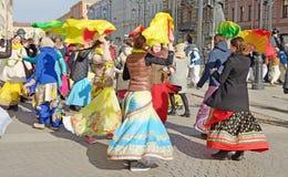 Οι θιασώτες του Λόρδου Krishna χορεύουν και τραγουδούν στοκ εικόνες