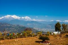 Οι θιβετιανές σημαίες προσευχής με την άποψη της λίμνης και Annapurna Phewa τοποθετούν Στοκ φωτογραφίες με δικαίωμα ελεύθερης χρήσης