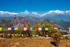 Οι θιβετιανές σημαίες προσευχής με την άποψη της λίμνης και Annapurna Phewa τοποθετούν Στοκ Φωτογραφίες