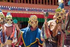 Οι θιβετιανοί βουδιστικοί λάμα στις μυστικές μάσκες εκτελούν έναν τελετουργικό χορό Tsam Μοναστήρι Hemis, Ladakh, Ινδία Στοκ Εικόνες