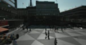Οι θολωμένοι άνθρωποι που περπατούν σε Plattan τακτοποιούν στην κεντρική Στοκχόλμη μια ηλιόλουστη ημέρα φιλμ μικρού μήκους
