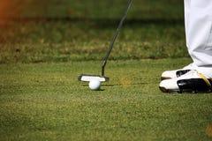 Οι θολωμένοι παίκτες γκολφ βάζουν το γκολφ στο γήπεδο του γκολφ βραδιού στο Τ στοκ εικόνα με δικαίωμα ελεύθερης χρήσης