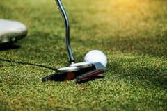 Οι θολωμένοι παίκτες γκολφ βάζουν το γκολφ στο γήπεδο του γκολφ βραδιού στο Τ στοκ φωτογραφία με δικαίωμα ελεύθερης χρήσης