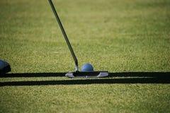 Οι θολωμένοι παίκτες γκολφ βάζουν το γκολφ στο γήπεδο του γκολφ βραδιού στο Τ στοκ εικόνες