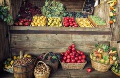 Οι διάφοροι νωποί καρποί στα ψάθινα καλάθια και τα κλουβιά, φρούτα χαλούν Στοκ εικόνα με δικαίωμα ελεύθερης χρήσης