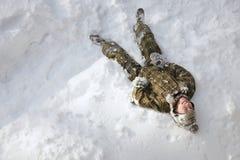 οι διακοπές αγοριών βάζουν το χειμώνα χιονιού στοκ φωτογραφίες με δικαίωμα ελεύθερης χρήσης