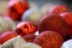οι διακοπές διακοπών συλλογής κεριών κιβωτίων κουδουνιών διακοσμούν παρόντα κόκκινο ασημένιο φωτογραφιών διακοσμήσεων μερικές στοκ φωτογραφία