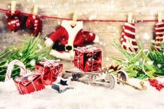 Οι διακοπές Χριστουγέννων που θέτουν με τη γιρλάντα ενδυμάτων Santa, κόκκινο Στοκ φωτογραφία με δικαίωμα ελεύθερης χρήσης
