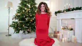 Οι διακοπές Χριστουγέννων, το κορίτσι δίνουν ένα δώρο, πορτρέτο, Παραμονή Πρωτοχρονιάς, κόμμα, όμορφη νέα γυναίκα στο φόρεμα βραδ απόθεμα βίντεο