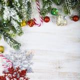 Οι διακοσμήσεις, τα δώρα και το έλατο Χριστουγέννων διακλαδίζονται στο χιόνι σε ένα W Στοκ φωτογραφίες με δικαίωμα ελεύθερης χρήσης