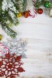 Οι διακοσμήσεις, τα δώρα και το έλατο Χριστουγέννων διακλαδίζονται στο χιόνι σε ένα W Στοκ φωτογραφία με δικαίωμα ελεύθερης χρήσης
